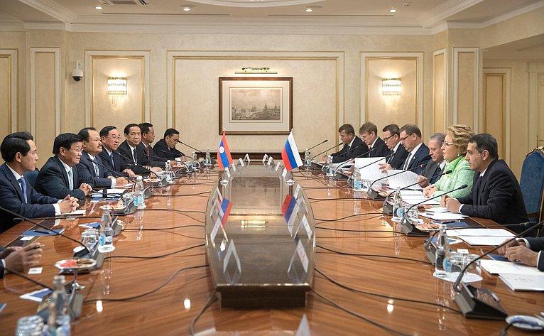 Встреча председателя Совета Федерации Валентины Матвиенко с премьер-министром Лаосской Народно-Демократической Республики Тхонглуном Сисулитом