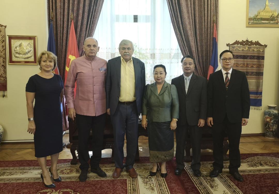 Вручение памятной медали Чрезвычайному Полномочному  Послу ЛНДР в России Мадам Вилаван Йиапохэ